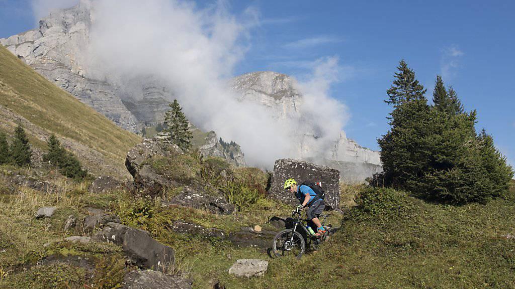Die Suva registriert eine steigende Zahl von Mountainbike-Unfällen. Im Bild ein Velofahrer unter der Bergkette der Churfirsten. Archivbild)