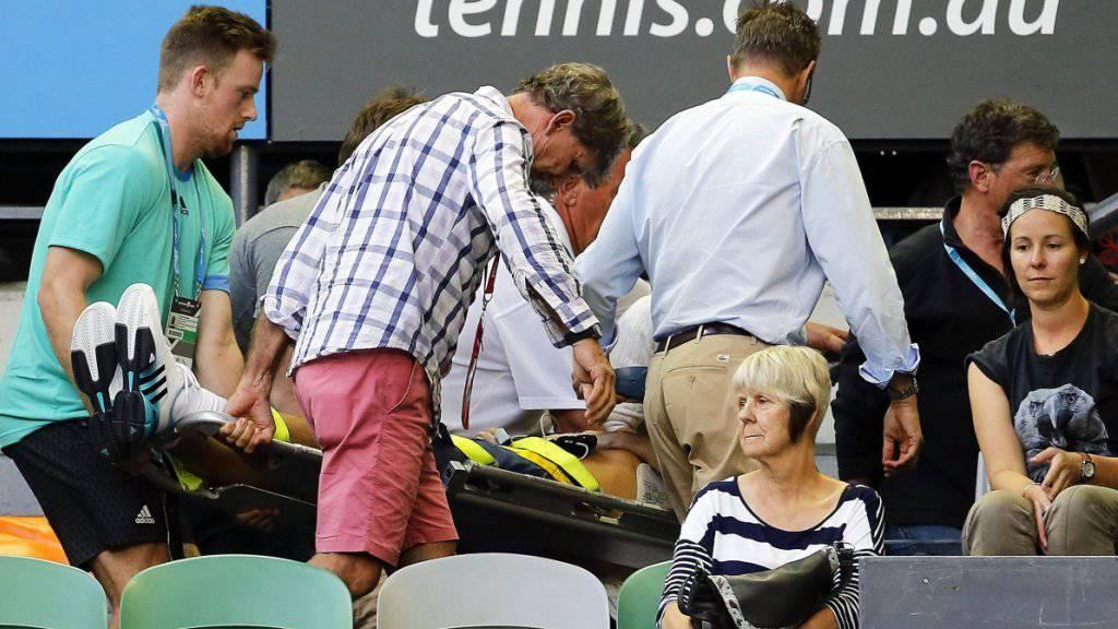 Zwischenfall: Nigel Sears, der Schwiegervater von Andy Murray, wird mit einer Bahre aus dem Stadion gebracht