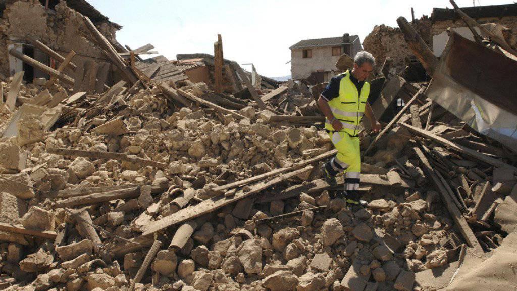 2009 bebte die Erde in Norditalien. Ganze Ortschaften - wie hier das Dorf Onna - lagen danach in Trümmern (Archiv).