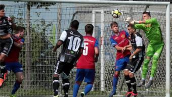 FCB-U21-Goalie Jozef Pukaj faustet den Ball weg und hält seinen Kasten sauber.