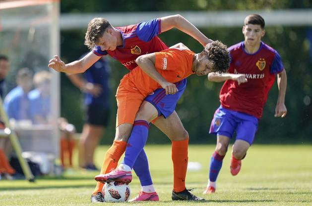 Bild aus früheren Zeiten: Hasani (oranges Trikot) im Einsatz für das Team Aargau gegen den Nachwuchs des FC Basel