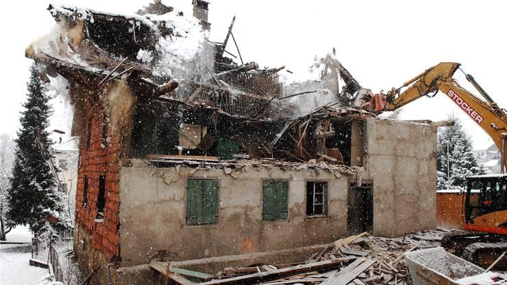 Der Bagger hat den Dachstock bereits entfernt, nun werden die Mauern abgerissen. Angelo Zambelli