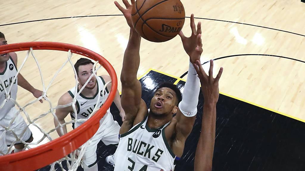 Milwaukees Giannis Antetokounmpo greift sich einen Rebound
