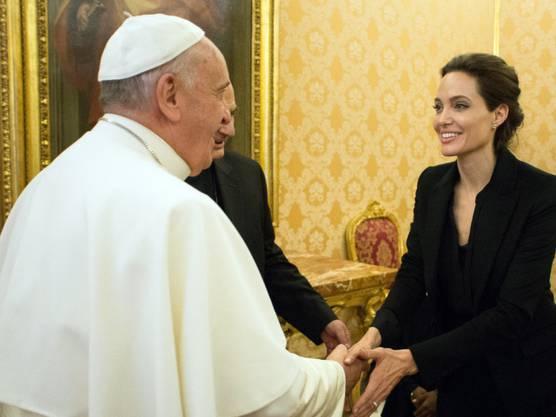 Angelina Jolie trifft Papst Franziskus im Januar 2015.