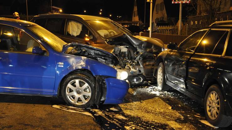 In der Folge wurde ein weiterer Personenwagen in die Kollision involviert.