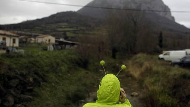Eine als Alien verkleidete Person telefoniert am Freitag im Dörfchen Bugarach in Frankreich
