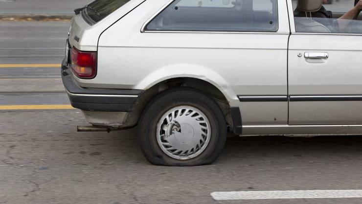 Bei etwa 40 Autos wurden die Reifen zerstochen. (Symbolbild)