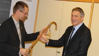 Stadtrat Lukas Pfisterer über gibt den Stab an den Direktor der Stiftung Schürmatt, Werner Sprenger.