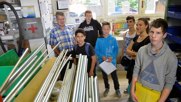 André Stierli, Leiter Montageabteilung bei der Grolimund AG, zeigt Leonardo Schegg, Dean Flückiger, Roland Hintermann, Feti Hasipi, Medine Redjepi und Timon Staubli (von links) die Werkstatt, wo vieles vorbereitet wird.