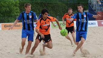 Der BSC Solothurn, in den Blau-Schwarzen Trikots, will im Derby gegen Bienne-Hatchets drei Punkte.