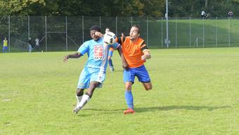 Oetwil-Geroldswils Captain Daniel Marquart (im orangen Trikot) und seine Teamkollegen waren gegen United Zürich II immer wieder in Zweikämpfe verwickelt.