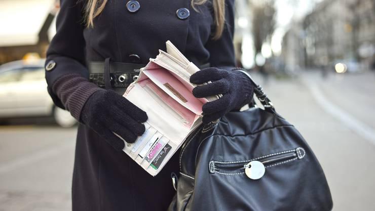 Kopfsteuer von 500 Franken: Für SVP-Präsident Thomas Burgherr ein Muss, für Juso-Co-Präsidentin Mia Kicki Gujer eine unsolidarische und überproportionale Besteuerung von Geringverdienern.