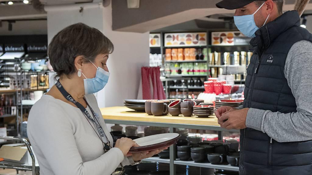 Eine Maske beim Einkaufen schränke die Freiheit der Menschen zu stark ein, findet die Zuger SVP. (Symbolbild)