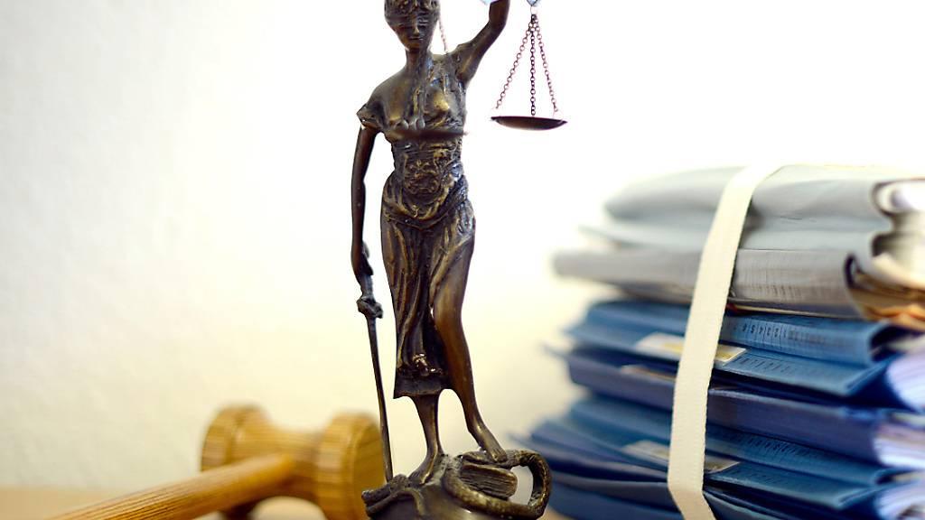 Ein Mann ist im Kanton Freiburg wegen Mordes zu einer lebenslangen Freiheitsstrafe verurteilt worden. (Symbolbild)