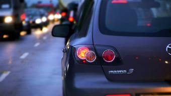 Wenn es auf den Einfallstrassen Aaraus staut, weichen Autofahrer auf Quartierstrassen aus – es entsteht Schleichverkehr. (Symbolbild)