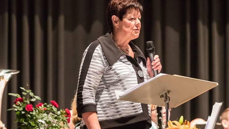 Gotte Christine Cordier bei ihrer Ansprache zur neuen Fahne.