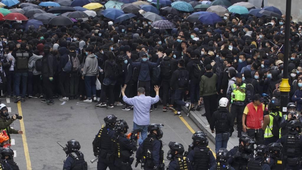 Die Proteste hören nicht auf: Einsatzkräfte beim Umzingeln von Demonstrierenden in Hongkong.