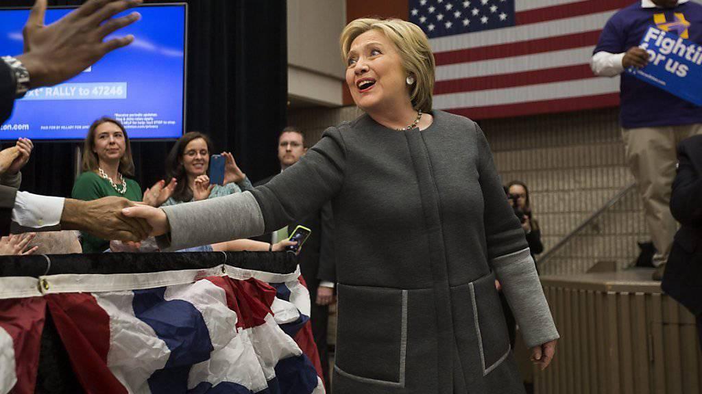 """Hillary Clinton auf Wahlkampf in Virginia: Kurz vor den Vorwahlen in elf US-Bundesstaaten anlässlich des """"Super Tuesday"""" hat das US-Aussenministerium die restlichen E-Mails aus Clintons Zeit als Aussenministerin veröffentlicht."""