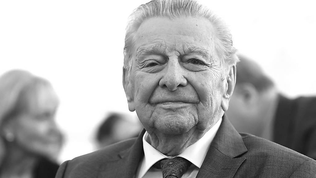ARCHIV - Er konnte komplizierte Sachverhalte mit einfachen Worten erklären. Jetzt ist der Journalist Hugo Portisch mit 94 Jahren gestorben. Foto: Helmut Fohringer/APA/dpa