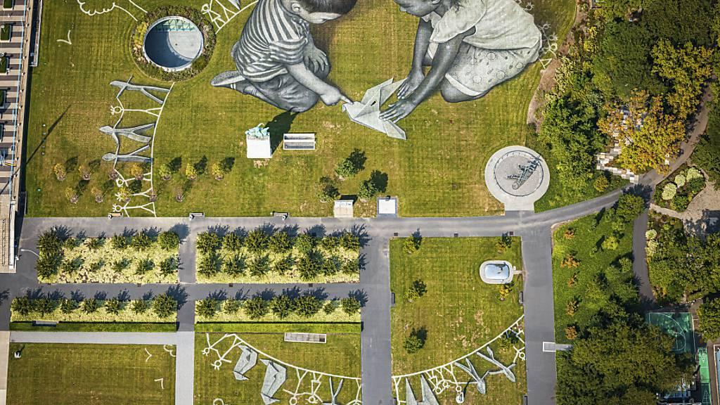 Schweizerisch-französischer Künstler malt Kinder auf Uno-Rasen