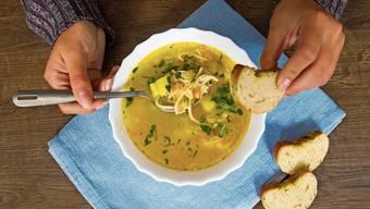 Vieles von dem, was über die Feiertage im Kühlschrank liegen blieb, passt in eine Suppe.