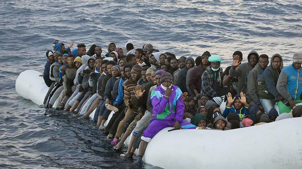 Ein überfülltes Flüchtlingsboot vor der Küste Libyens (Aufnahme von Anfang Februar).