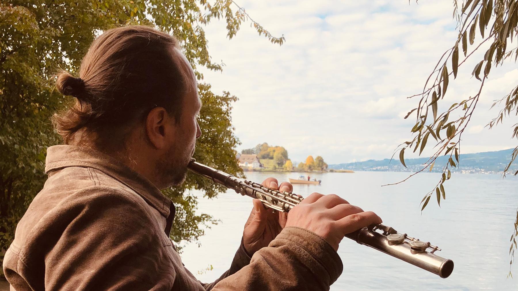 Michael Vogt am See mit Flöte