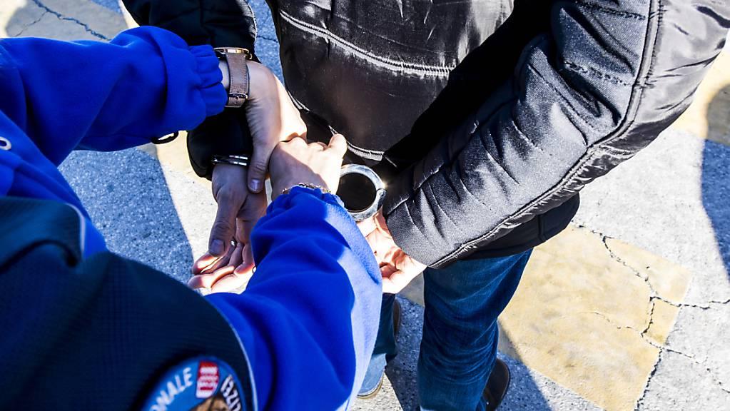 Die Walliser Kantonspolizei verhaftete in Visp zwei mutmassliche Trickbetrüger. (Symbolbild)