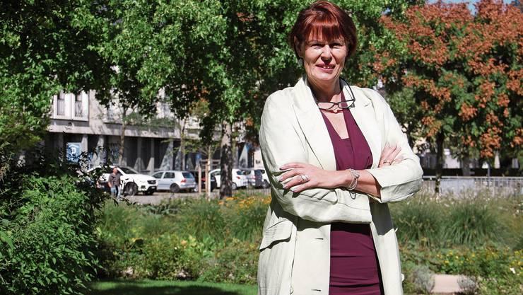 Karin Müller steht im Brugger Stadtgarten. Für die Videoaufnahme erklärt sie ihren Wahlslogan «Politik mit Rückgrat».