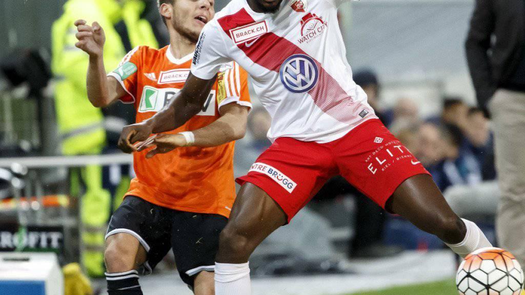 Kofi Schulz (rechts) verliert mit Biel die Partie gegen Lausanne nachträglich mit 0:3