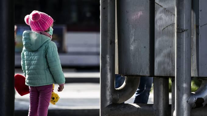 Mädchen in Italien mit Schutzmaske