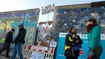 Menschen protestieren gegen den Teilabriss der East Side Gallery