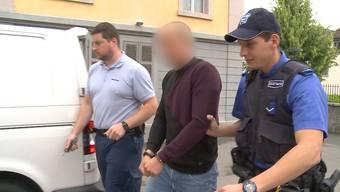 Drei Mal versuchte ein Räuber im letzten August mit einem Sackmesser an Geld zu kommen. Er scheiterte aber jedes Mal, unter anderem an einer Lehrtochter in einem Blumenladen in Aarau. Nun muss er sich vor Gericht für seine Taten verantworten.