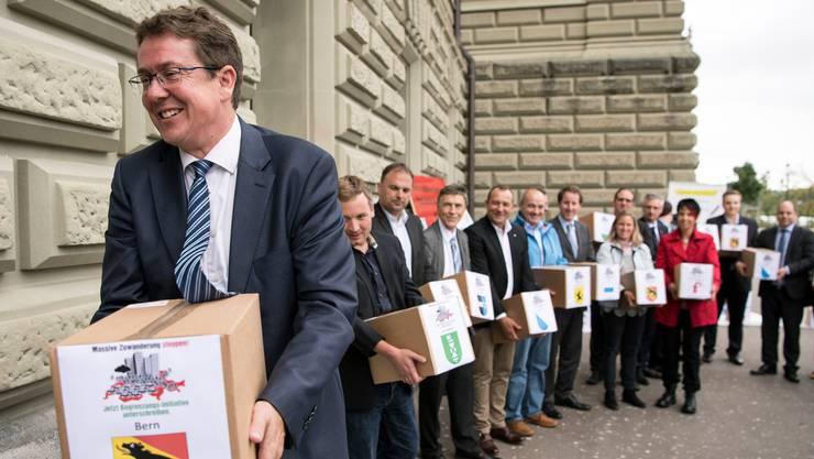 Noch-Parteichef Albert Rösti geht voran: 2018 reichte die SVP ihre Begrenzungsinitiative bei der Bundeskanzlei ein.