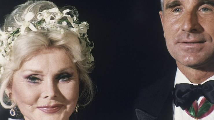 Kein Fest zum 99. Geburtstag: Stattdessen bekommt Hollywood-Diva Zsa Zsa Gabor von ihrem Ehemann Frederic Prinz von Anhalt 99 Küsse und eine Torte geschenkt (Archiv).