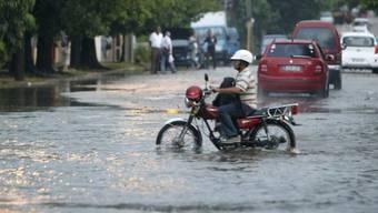 Überflutete Strasse in Kubas Hauptstadt Havanna