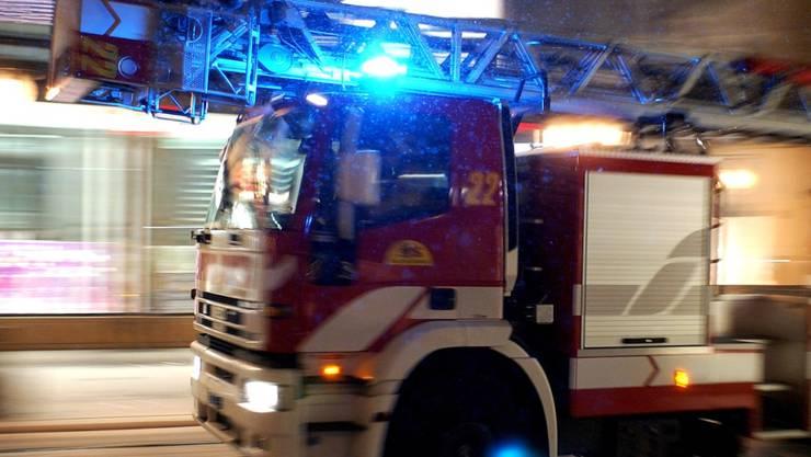 Die Feuerwehr brachte den Brand im Innern der Liegenschaft rasch unter Kontrolle. (Symbolbild)