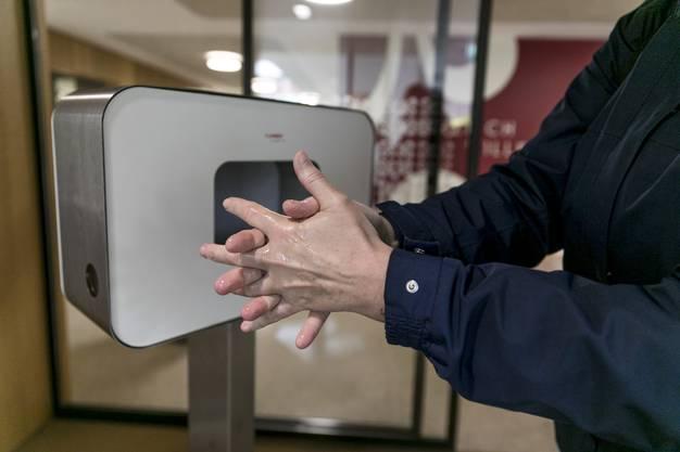 Im Alterszentrum Suhrhard in Buchs steht gleich beim Eingang ein Desinfektionsmittelspender. Ausserdem müssen Besucherinnen ein Formular ausfüllen.