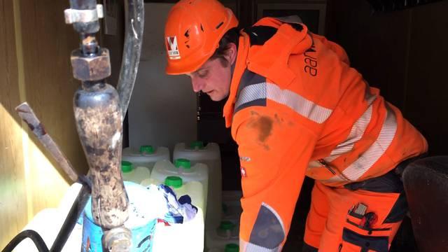 Bauarbeiter Patrick Hauser bringt in Sicherheit, was sich in Sicherheit bringen lässt.