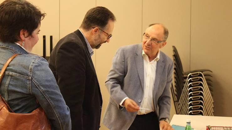 Bernard Thurnheer im Gespräch mit Zuschauern, die sich auch gleich ein Autogramm ergattern konnten.