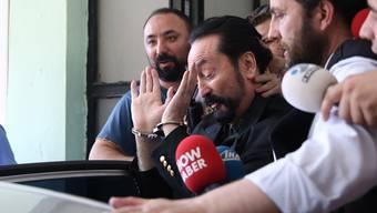 Adnan Oktar bei seiner Verhaftung in Istanbul.
