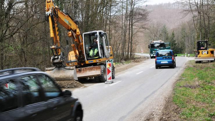 Die Kantonsstrasse von Küttigen ins Fricktal wird bis im Herbst hinauf zum Benkerjoch saniert und leicht verbreitert. Toni Widmer