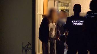 Ermittlungen in Fislisbach: Noch in der Tatnacht führt die Polizei Angehörige ab und verhaftet den mutmasslichen Todesschützen.