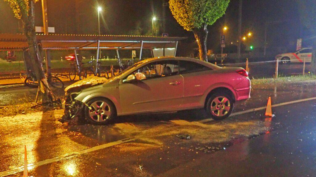 Bei der Kollision mit einem Baum hat sich ein alkoholisierter Autolenker in Märstetten TG verletzt.