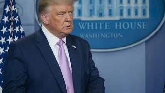 Donald Trump, Präsident der USA, schaut während einer Pressekonferenz im Weißen Haus über das Coronavirus zur Seite. Foto: Andrew Harnik/AP/dpa