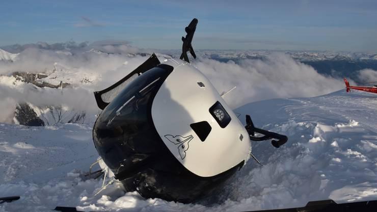 Der Absturz eines Helikopters bei einem Landemanöver in Laax GR ist verhältnismässig glimpflich abgelaufen: Von den fünf Insassen wurde lediglich eine Passagierin leicht verletzt.