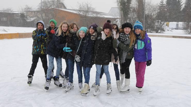 Auf dem Eis sind vor allem Mädchen aus der sechsten Klasse zu sehen, die sich am Mittwochnachmittag zu einer gemeinsamen Fahrt trafen. Die Knaben sind klar in Unterzahl.