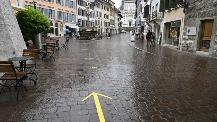 Pfeile weisen in der Solothurner Altstadt auf den Bewegungsstrom hin.