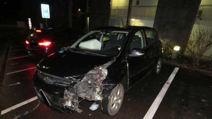 Ein Hyundai-Fahrer missachtete auf dem Schulhausplatz ein Rotlicht und kollidierte mit einem Mini