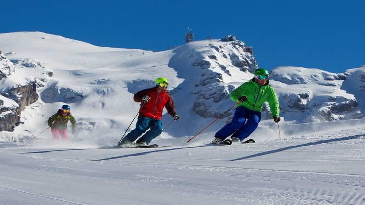 Blauer Himmel, perfekte Pisten: Über solche Bilder freuen sich auch die Sportgeschäfte im Unterland. Sie setzen nach einem durchzogenen Weihnachtsgeschäft auf die Skiferien im Februar. archiv/zvg